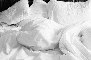 כך משפיעים המצעים על השינה שלנו